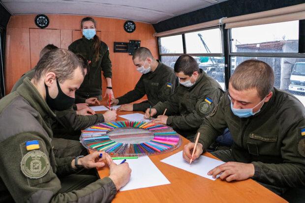 """""""Вони повинні бути впевненими, що отримають допомогу"""": як працює мобільний центр психологічної підтримки на Донбасі"""