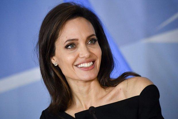 Пом'ята Анджеліна Джолі прогулялася у чорному балахоні: фото