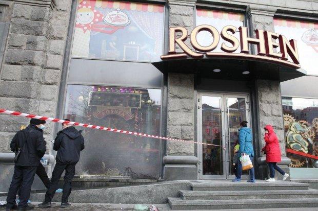 Після пожежі Roshen спіткало нове лихо: цукерки розкидані по всій дорозі, відео інциденту