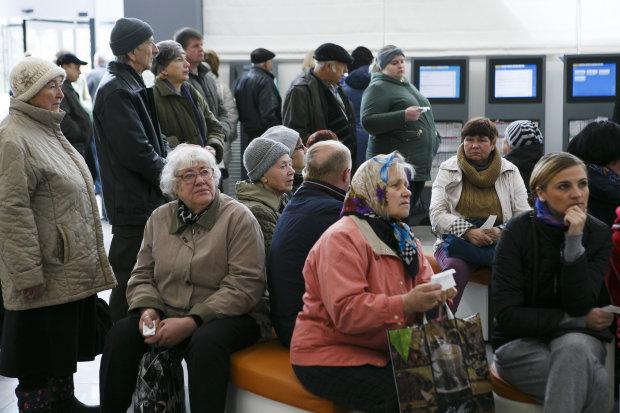 Українським пенсіонерам пробачать борги і подарують телефони: як це працює