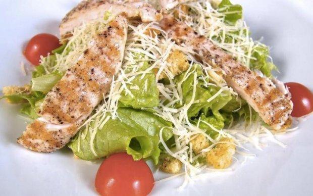 Любимый салат: рецепт классического Цезаря с курицей
