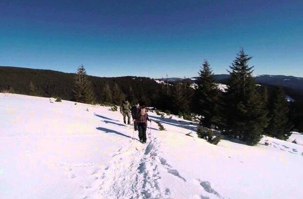 Голяка на Говерлу: любитель морозу та веселощів видерся на гору показати себе, пікантне фото