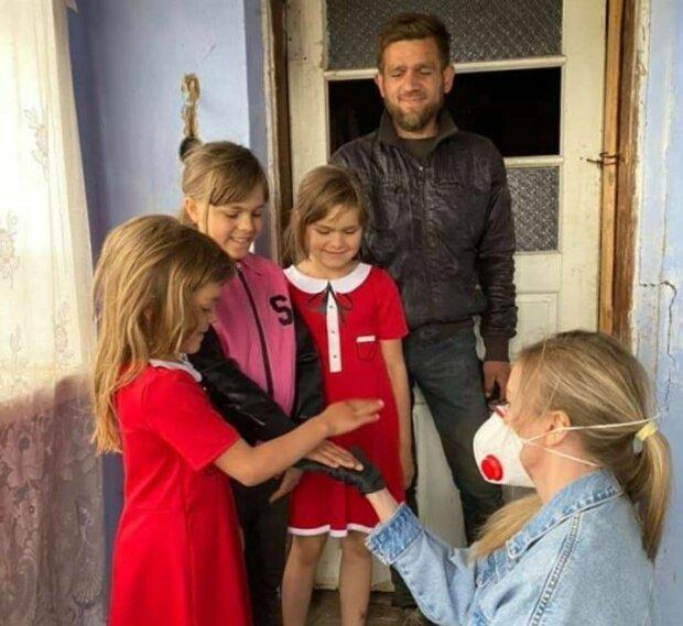 """Молодий українець залишився один з трьома маленькими принцесами, вигодував з пелюшок - """"Дівчатка просять знайти їм маму"""""""