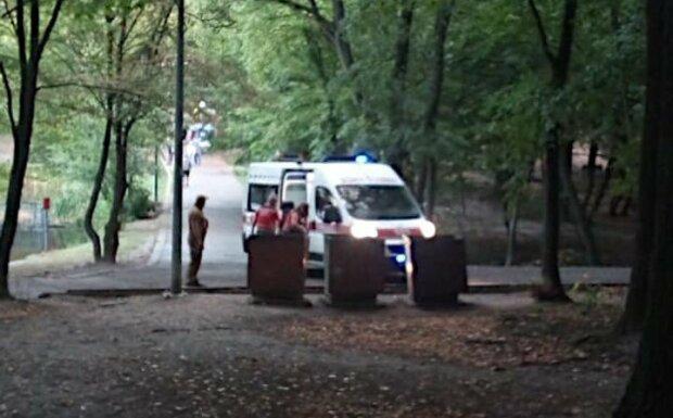 В Киеве женщина потеряла сознание в парке - нашли под деревом с пакетом вместо подушки