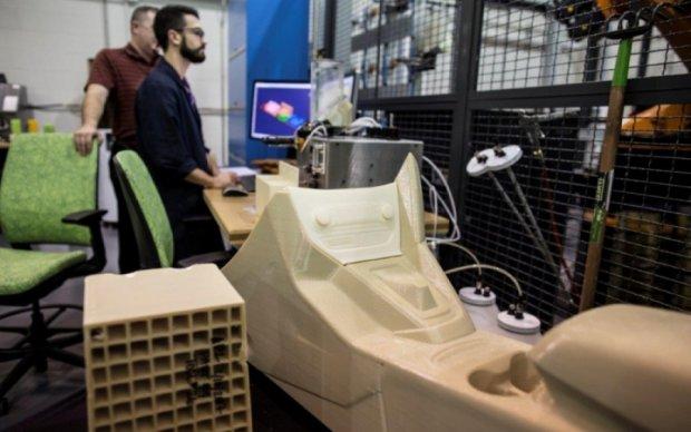 Ford показал, как печатает автомобиль на 3D-принтере