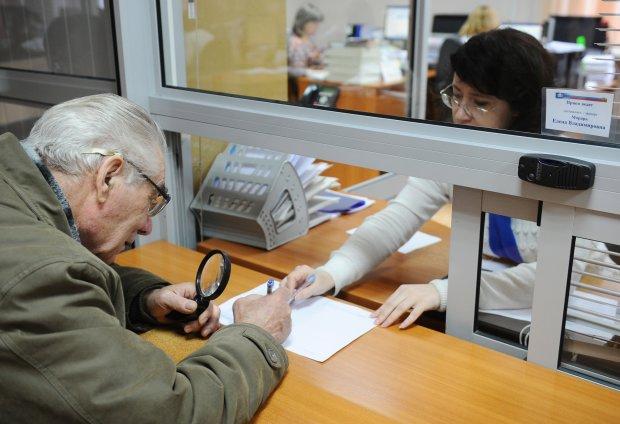 Доставка пенсий Укрпочтой: украинцам наконец объяснили, что будет с их деньгами