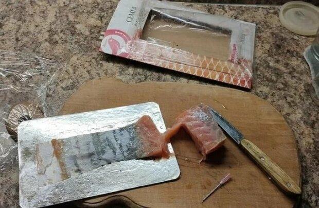 "Женщина купила семгу с иглой от шприца внутри: ""И рыбку съел, и вакцинировался"""