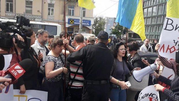 """""""Порохоботи"""" проти """"ЗеБотів"""": біля київського суду сталася сутичка, відео"""