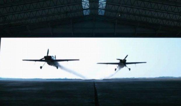 Британці наважилися на унікальний синхронний політ крізь ангар