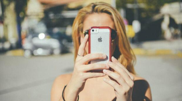 """iPhone засяє усіма барвами веселки: """"яблучко"""" на телефонах тепер буде випромінювати світло"""