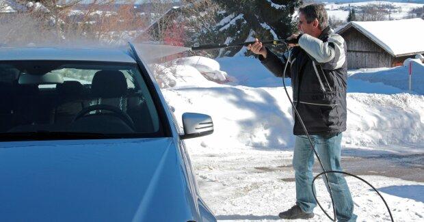 """Мийка автомобіля взимку: українцям сказали, чи варто вичистити """"залізного коня"""""""