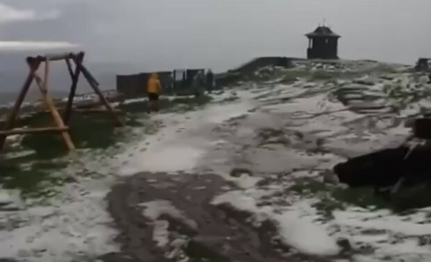 Лето сошло с ума: в Карпатах посреди июля выпал снег, пока украинцы изнывают от жары
