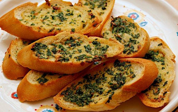 Чесночный тост с жареным перцем и салатом