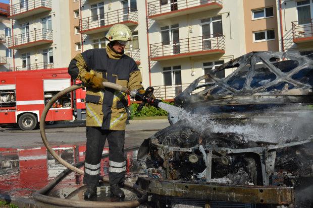 В Ужгороде сожгли машину известного чиновника
