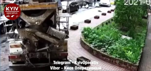 """В Києві бетонозмішувач зносив все на своєму шляху, очевидці оніміли: """"Зрівняв із землею"""""""