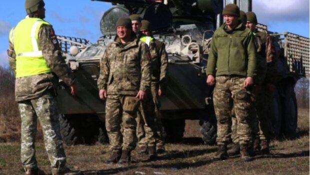 """Как """"посвящают"""" в бойцы ВДВ, эффектные кадры - на их плечах небо Украины"""
