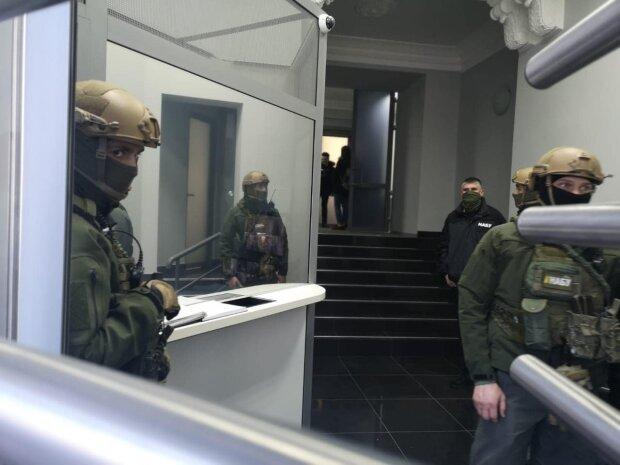 НАБУ нагрянуло с маски-шоу к фейковому агенту ГБР, попался на $150 тысячах взятки: фото