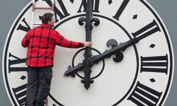 Перехід на зимовий час: коли і куди переводити стрілки годинника