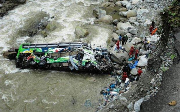 Рейсовий автобус впав у прірву, десятки загиблих: моторошні кадри