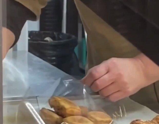 """Украинцев возмутил работник магазина, фасующий еду без перчаток: """"Пандемия? Нет, не слышали"""""""
