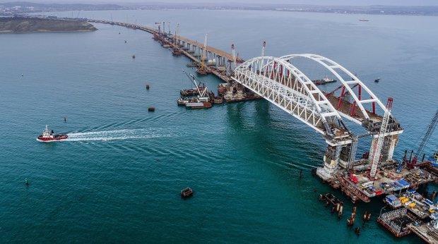 """Кінець епопеї: Кримський міст почав """"тікати"""" з  анексованої території"""