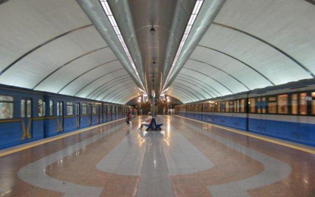 В Києві на станції Бориспільська шукають бомбу