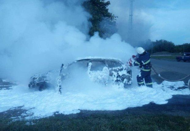 НП на трасі Київ-Одеса: авто спалахнуло просто на ходу, рятувальники зробили все