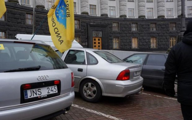 Авто на литовских номерах в Украине: поможет ли безвиз?