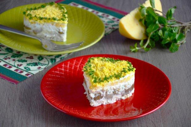 Готуємо разом: листковий салат зі смаженими грибами, куркою і сиром