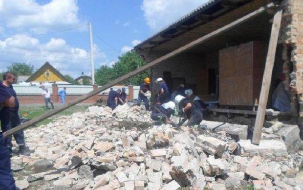 Стіна поховала під завалами будівельників на Рівненщині: відео