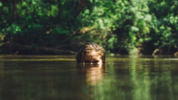 Русалка мимоволі: жінка 20 років живе в озері і боїться сонячних променів. Навіть вчені не можуть пояснити, в чому справа