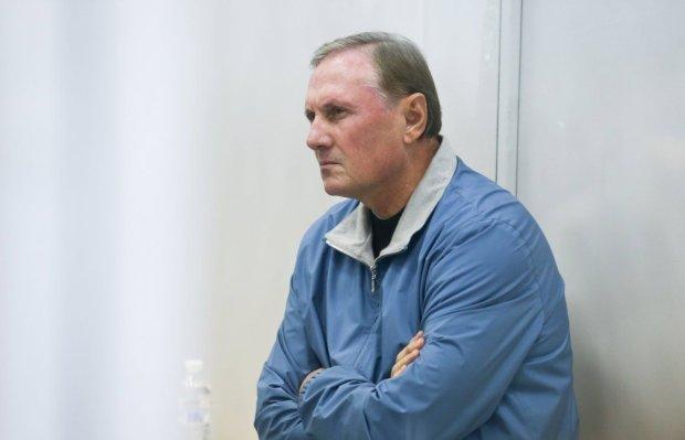 Соратник Януковича Єфремов влаштував цирк на виїзді із СІЗО: без речей, але у Range Rover