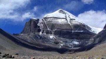 У мережу злили знімок загадкового порталу, який з'явився на священній горі: природа навряд чи могла створити щось подібне