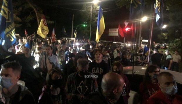 """Під Києвом оточили шикарний маєток Зеленського, натовп кипить: """"На Ростов!"""""""