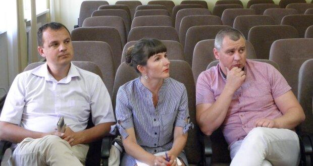 В Україні почалась травля депутатів: образливі флаєри - лише квіточки, красномовні кадри
