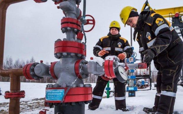 Пока в мире дешевеет нефть – в Украине дорожает бензин