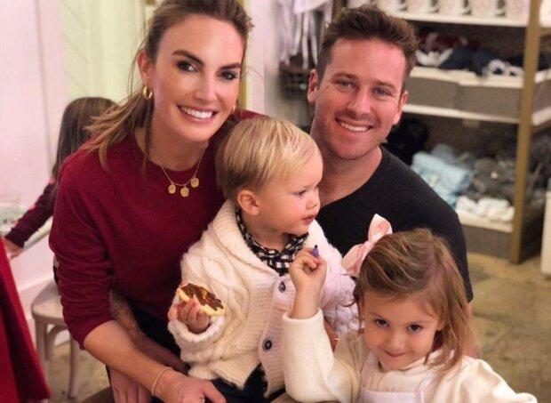 Арми Хаммер и Элизабет Чэмберс с детьми, фото с Instagram