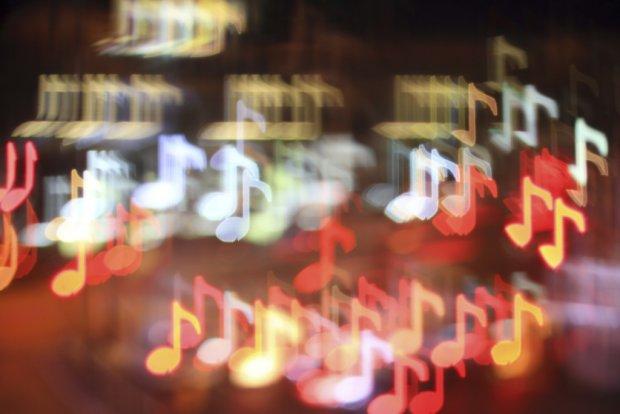 Психологи: праздничная музыка провоцирует заболевания