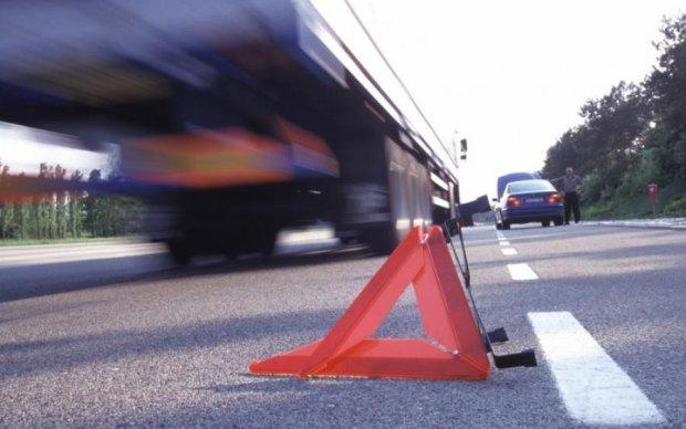 Неуправляемый грузовик снес сразу три авто в Киеве: есть пострадавшие