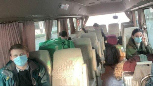 """""""6 годин замкнені в автобусі"""", -  евакуйовані з Уханя українці вийшли на зв'язок"""