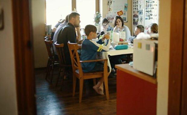 """Семья украинцев, которая воспитывает сына с синдромом Дауна, поделилась секретом счастья: """"Менять страну нужно самим"""""""