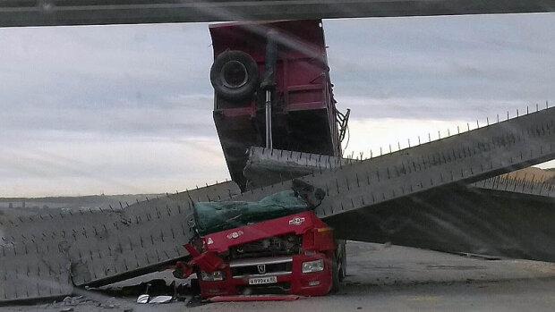 КАМАЗ завалил мост в аннексированном Крыму: упал, как карточный домик, видео