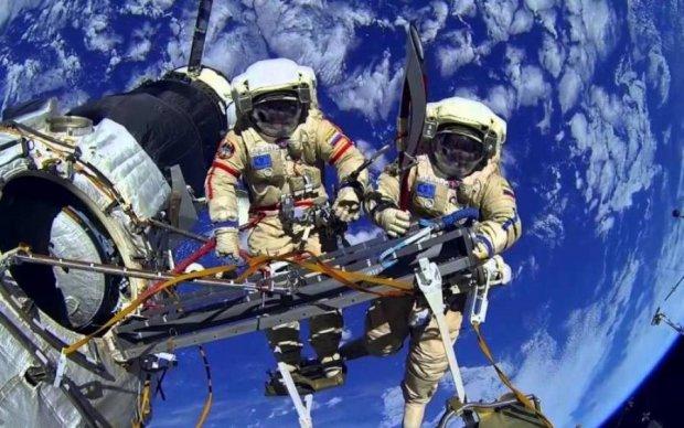 """На МКС зняли """"телевізор"""", що летить по орбіті: дивовижне відео"""