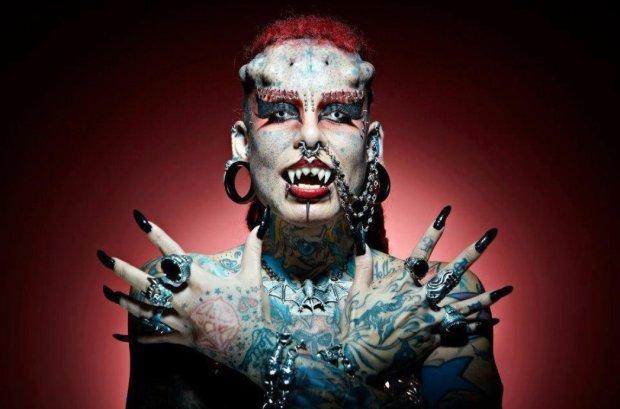 Мати чотирьох дітей перетворилася на вампіра: її зліпки взяли у музей