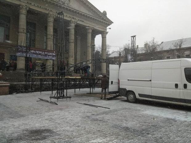 """Комунальники Надала встановлюють ялину в центрі Тернополя - """"Погуляємо на карантині"""""""