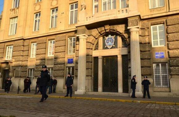 """Львовскую прокуратуру окружила разьяренная толпа, опасность в воздухе: """"Пора сажать"""""""