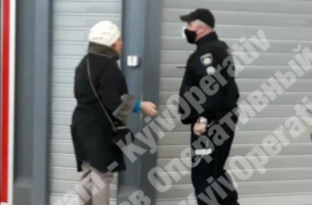 """В Киеве охранник супермаркета успокоил """"голую"""" женщину кулаком: """"Кто тут еб**нько?"""""""