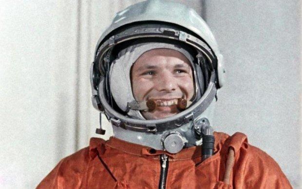 Фотография, шлем, открытка: в интернете можно купить личные вещи Гагарина
