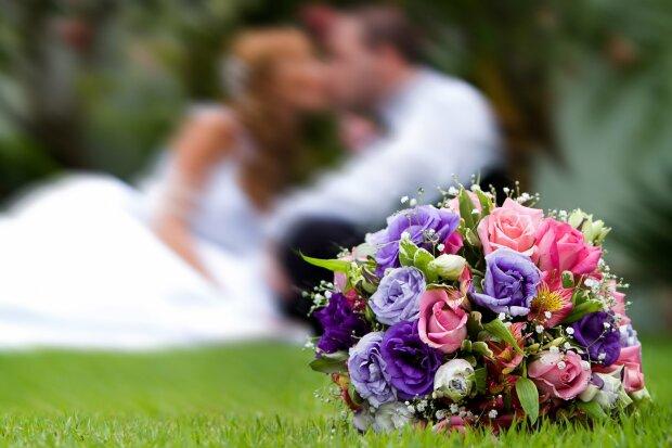 Счастливая невеста проглотила прямо на свадьбе, подруги помогли: горячие фото