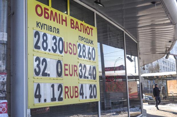 Курс валют на 1 листопада: гривня вирвалася з лап долара